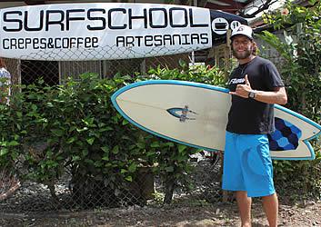 Ricarica presso Dumper, Luis Bertone, proprietario e istruttore di surf presso Escuela Surf School La del Mar è stato il surf da oltre 25 anni e l'insegnamento per oltre 10